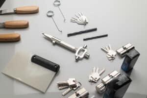 Öffnungstechniken zur beschädigungsfreien Türöffnung